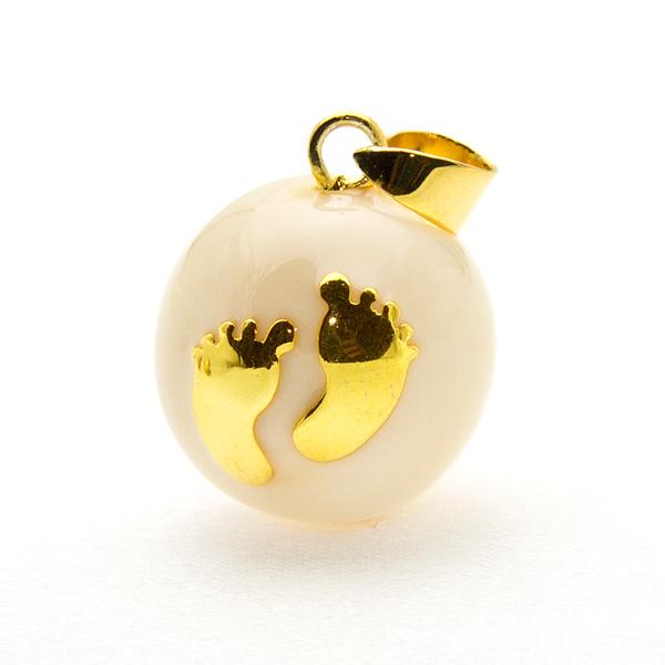 Emaillierte Schwangerschaftskette Perlenfarbe mit vergoldeten Babyfüßen
